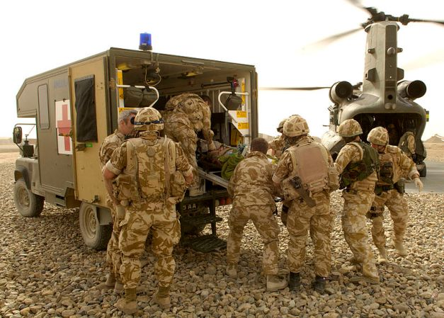 800px-Medical_Emergency_Response_Team_Recovers_a_Casualty_in_Afghanistan_MOD_45151884